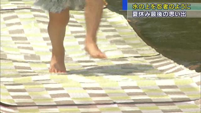 画像: 水上ゴザ渡りで走る女の子