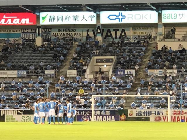 画像: キックオフ前に円陣を組むジュビロ磐田の選手たち