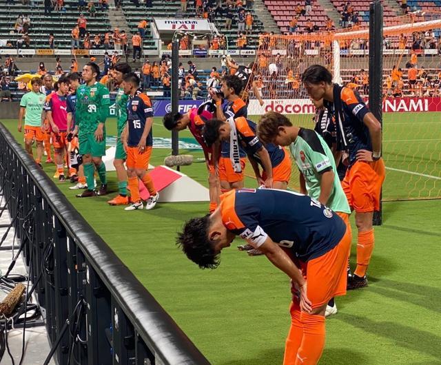 画像: 試合後、観客に向かって深々と頭を下げる清水エスパルスの選手たち