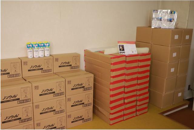 画像: 渡邉からの寄付品が収納された段ボール箱