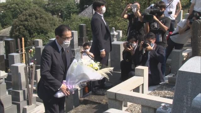 画像: 望月氏の墓前に誓う岸田氏