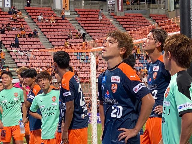 画像: 試合終了後、スタンドの観客を神妙な表情で見つめる清水エスパルスの選手たち
