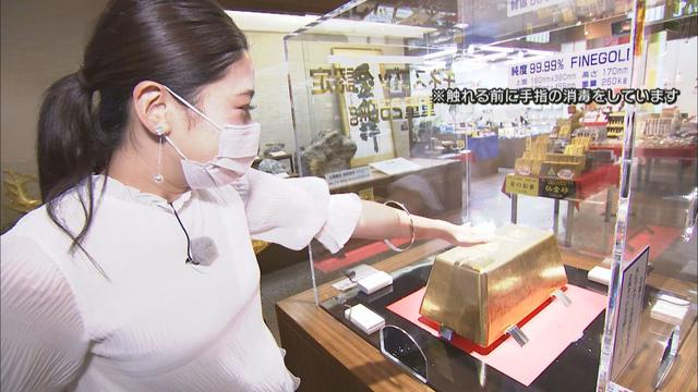 画像: 金塊に触れる松田アナ