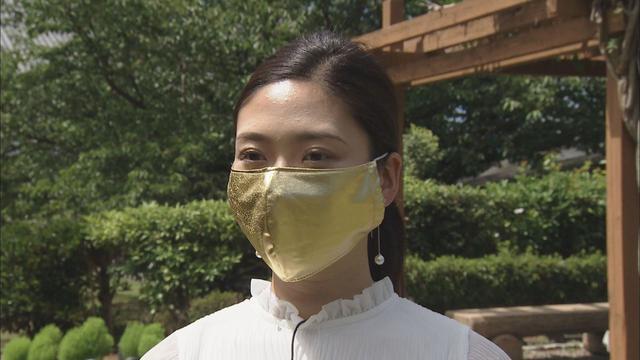 画像: 金のマスクをつけた松田アナ