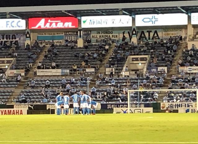 画像: 試合開始前、円陣を組むジュビロ磐田イレブン
