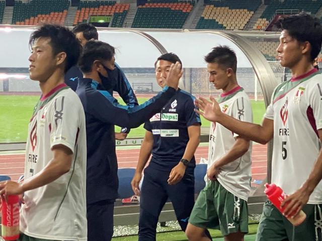 画像: 試合後、選手たちを称える常葉大の澤登正朗監督(左から2人目)