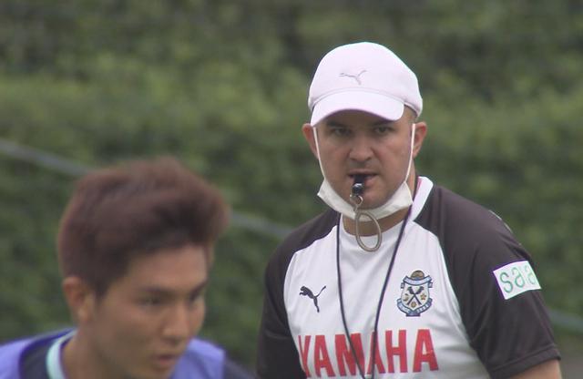 画像: 練習で選手の動きを見るジュビロ磐田のフベロ監督