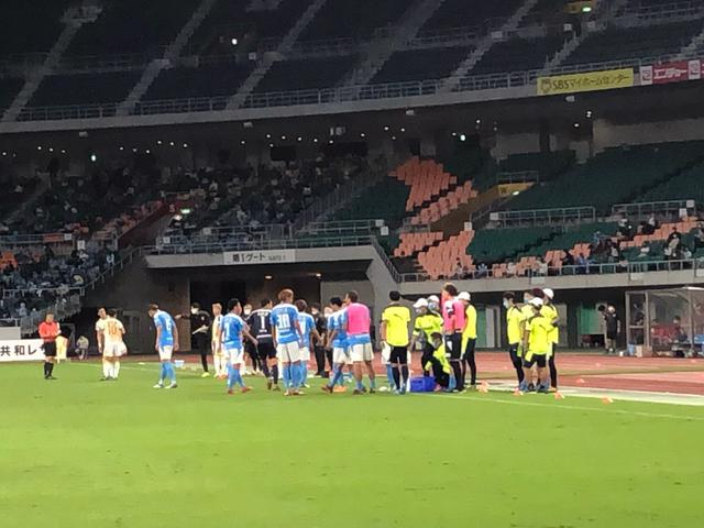 画像: 後半、給水タイムで息を整えるジュビロ磐田の選手たち