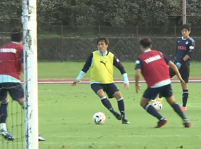 画像: ジュビロ磐田の練習でボールをキープする遠藤保仁