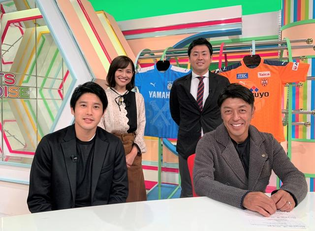 画像: 静岡朝日テレビ「スポーツパラダイス」に出演した内田篤人さん(前列左)。同右は澤登正朗さん