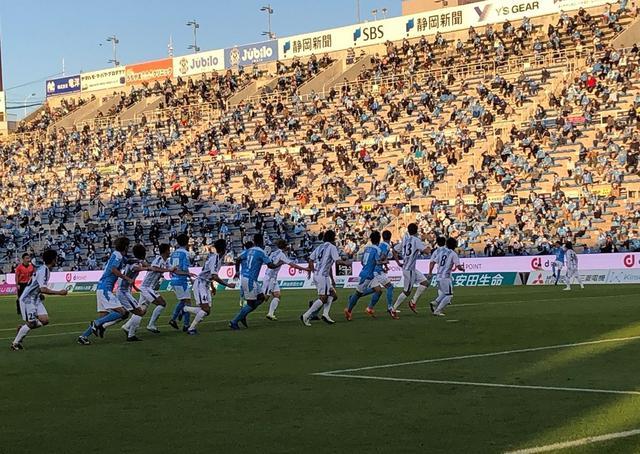 画像: 磐田MF遠藤保仁が放ったFKに反応する磐田と群馬の選手たち