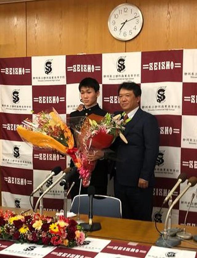 画像: ドラフト指名直後、涙目で記念写真に納まる静岡商の高田琢登(左)と監督で父の晋松さん