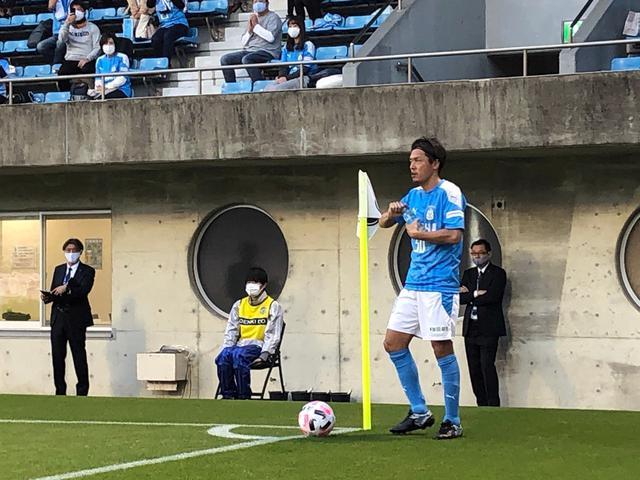 画像: CKを放つ前に水を飲むジュビロ磐田MF遠藤保仁