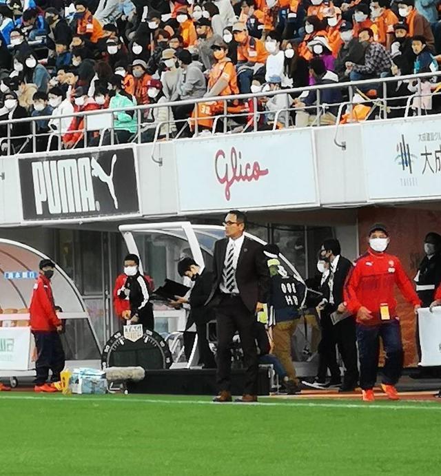 画像: スーツ姿で戦況を見守る清水エスパルスの平岡宏章監督