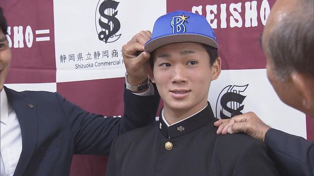 画像: DeNAの帽子をかぶる高田投手