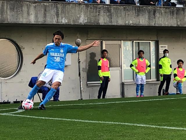 画像: 右CKを放つ磐田MF遠藤保仁