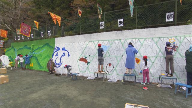 画像1: 思い出が詰まった大きな壁画づくり