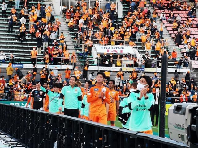 画像: 試合後、観客の声援に拍手で応じるJ1清水の選手たち