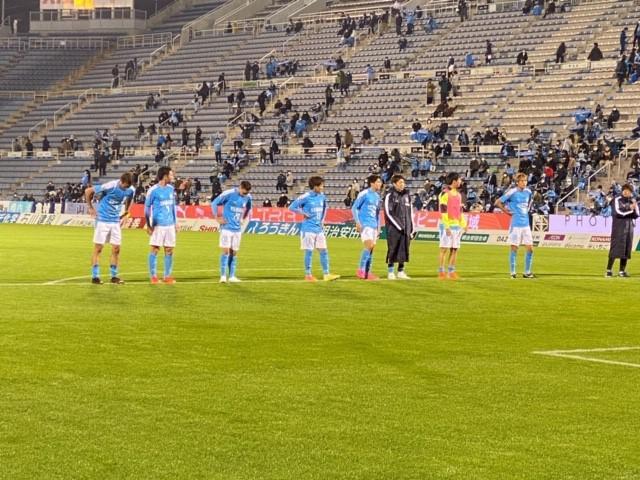 画像: 試合後、スタンドのサポーターにあいさつするジュビロ磐田の選手たち