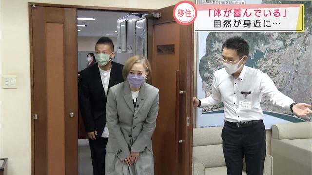 画像: 10月16日、夫で書道家の中沢希水さんと浜松市役所を表敬訪問した熊谷真実