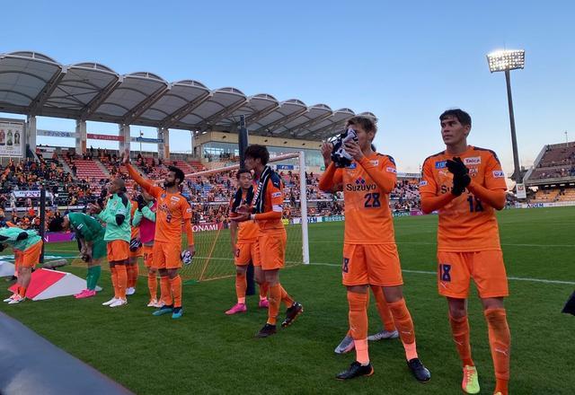 画像: 試合後、サポーターの声援に応える清水の選手たち