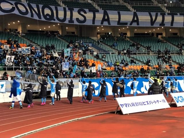 画像: 今季ホーム最終戦後、サポーターにあいさつするジュビロ磐田の選手たち