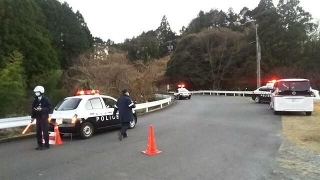 画像: 現場付近を規制する警察官 静岡・島田市