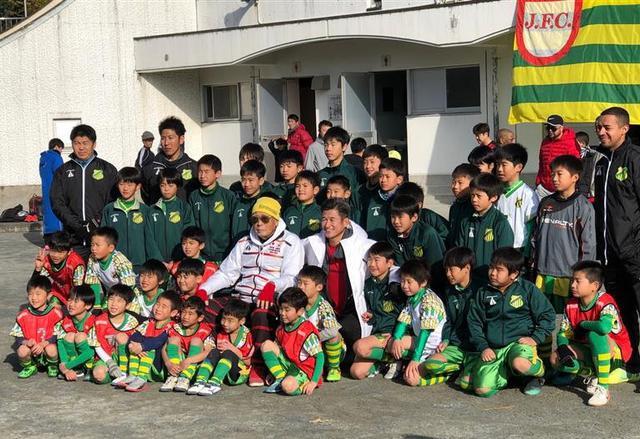 画像: 2020年1月2日に行われた静岡城内FCの初蹴りには、カズ(中央)も参加して記念撮影