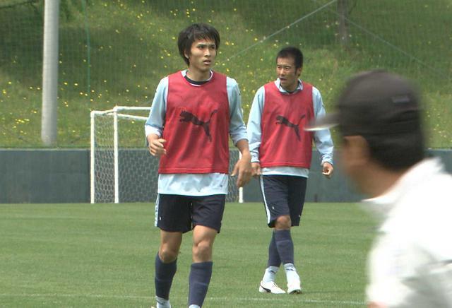 画像: 磐田の選手としてプレーしていた当時の前田遼一(左)と中山雅史