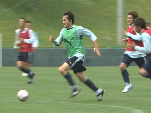 画像: 2008年5月、磐田の練習でドリブルする前田遼一