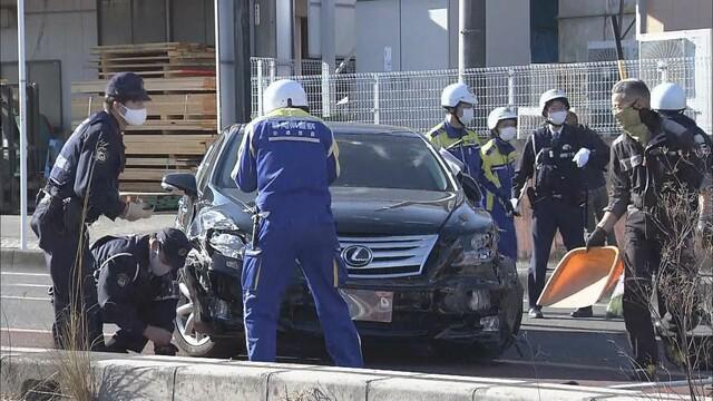 画像: 車両を調べる警察官