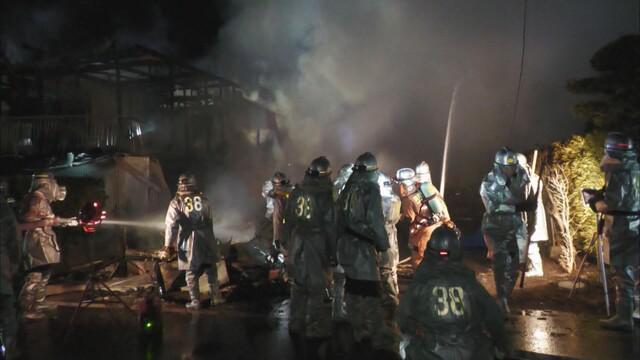 画像: 浜松市で住宅3棟全焼、焼け跡から遺体 一人暮らしの男性か