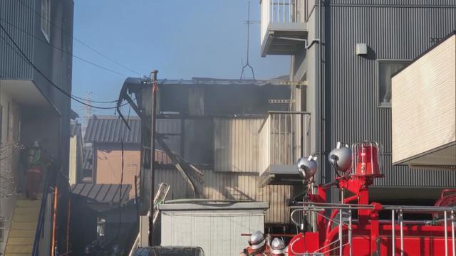 画像: 木造住宅ほぼ全焼、近隣4棟にも延焼 1人が死亡 静岡市清水区