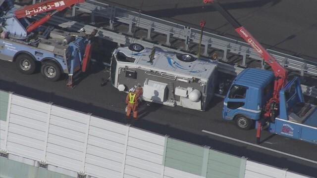 画像: 【続報】静岡放送の中継車横転 「強風にあおられ車がバランスを崩した」 静岡市の東名高速