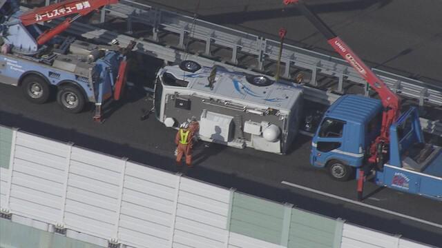 画像: 【速報】静岡放送の中継車が東名高速道路で横転 静岡市