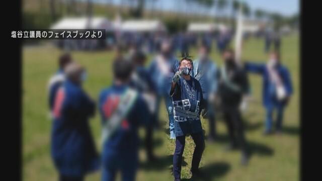 画像: たこ揚げに参加する塩谷議員(塩谷議員のフェイスブックより)