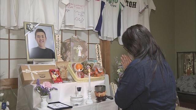画像: 吉岡君の遺影に手を合わせる母、有希さん