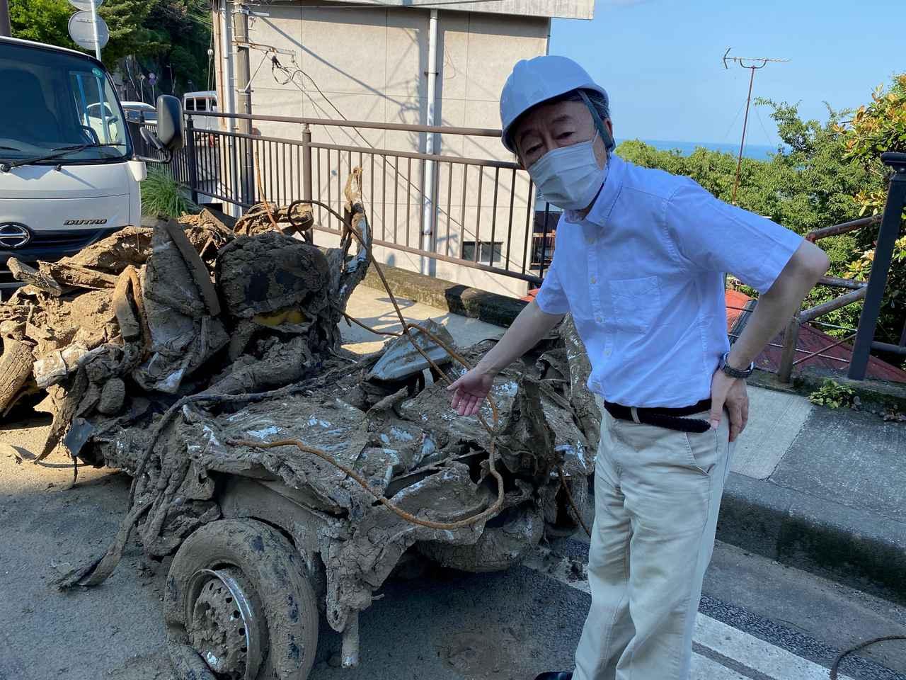 画像: 泥にまみれて壊れた自動車の状態を伝える池上彰氏