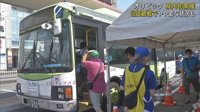 画像: JR御殿場駅でバスに乗り込む観客