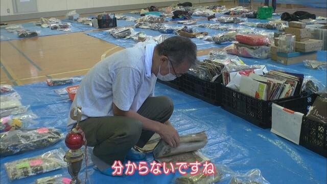 画像: 拾得物を確認する太田さん