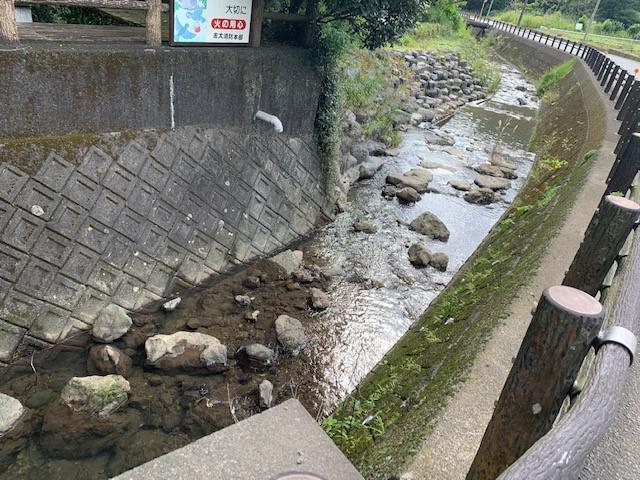 画像: (川も透き通っていてきれいです。)