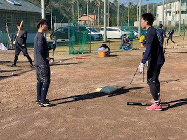 画像: (左・鈴木将平選手は秋山選手(右)に積極的に話しかけていました)