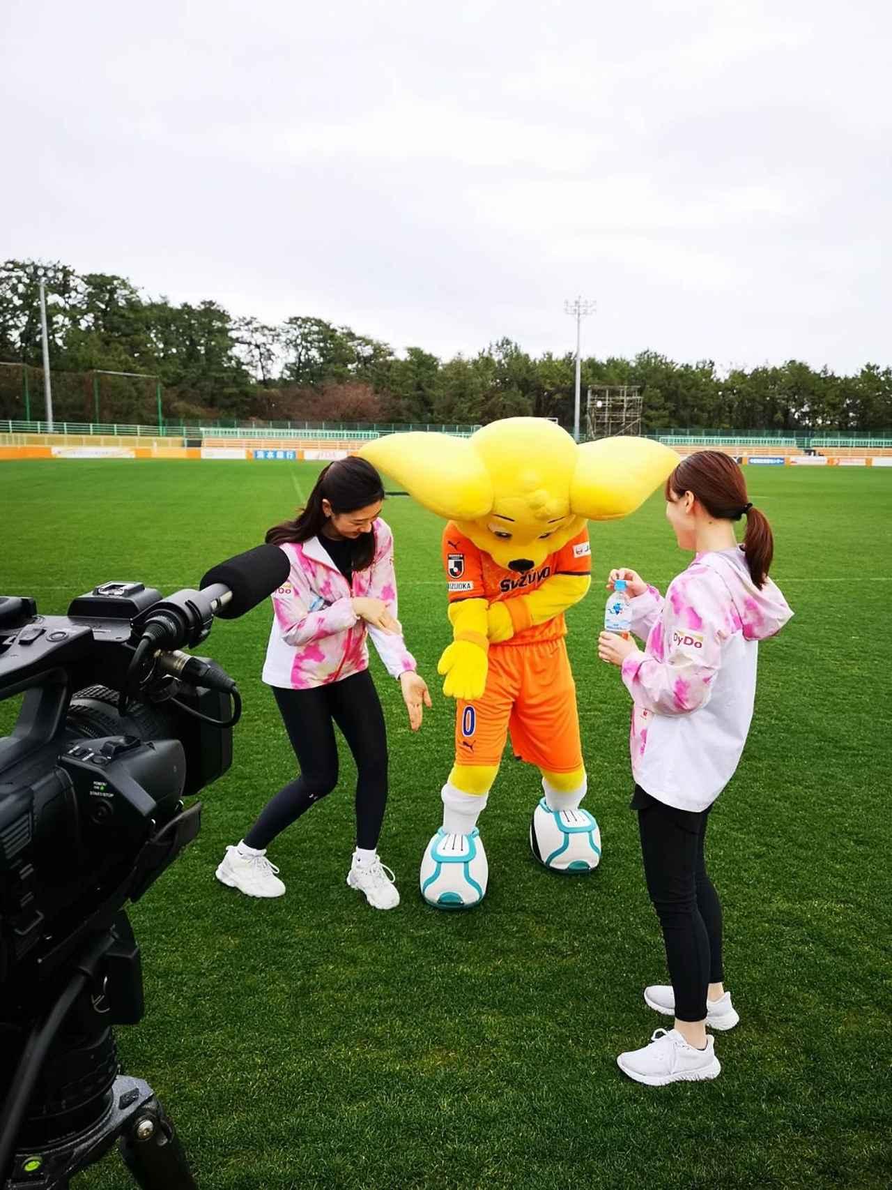 画像: パルちゃんと一緒に踊る松田アナ。なんの動き?笑