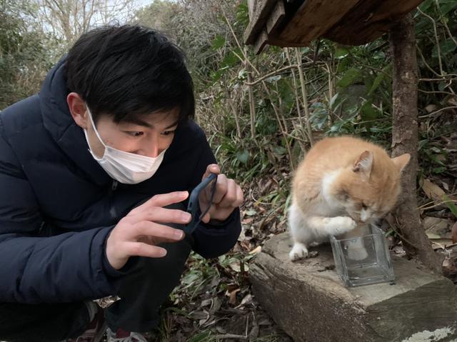 画像: 手で水を飲む猫を撮る須藤
