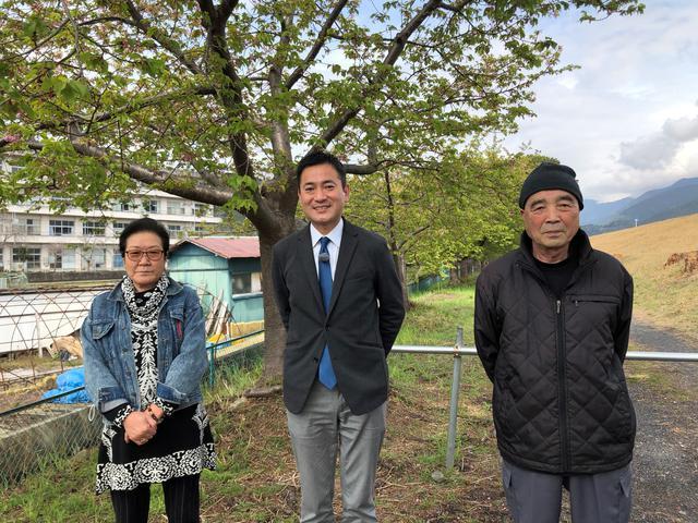 画像: 藤原夫妻が毎年楽しみにしている早咲きの「美和桜」をバックに もう葉桜です
