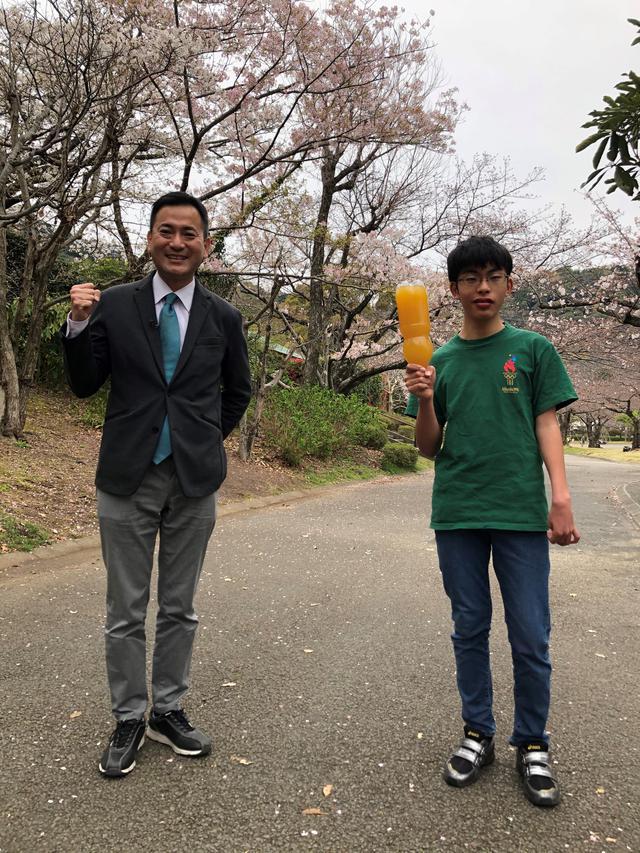 画像: ペットボトルをトーチ代わりに練習する遼平君 頑張れ!