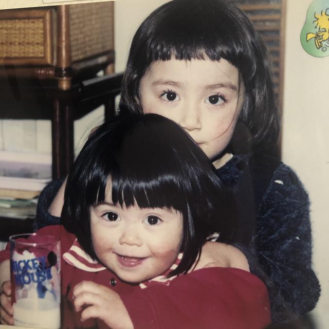 画像: 赤い服が妹、黒い服が私です。似ていますか...?