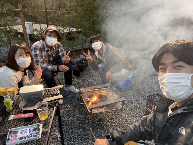 画像: 取材クルーと火を囲みました。