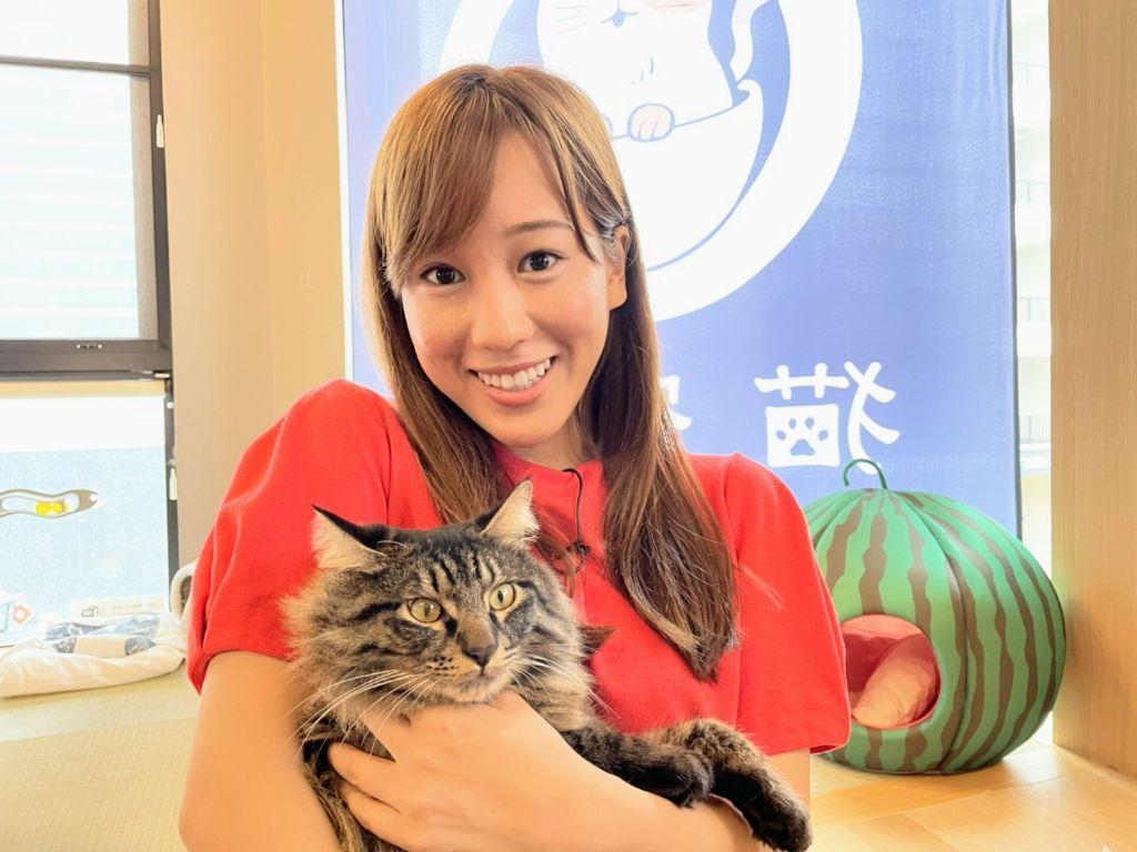 画像: 甚平に仕事で会う日が来るとは…!外からリポートする部分にも、たまたま出演してくれた俳優猫様がこちら甚平です。