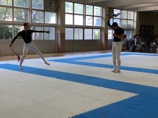 画像: (今月1日に取材した際 シャドーピッチングをする高須(左))